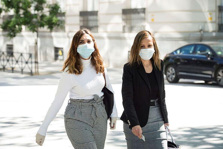 Dina Bousselham (à gauche) et son avocate, Marta Flor, arrivent au ...