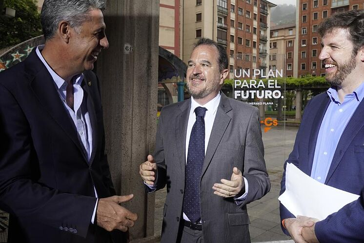 Iturgaiz plaisante avec Garcia Albiol et Luis Gordillo lors de la ...
