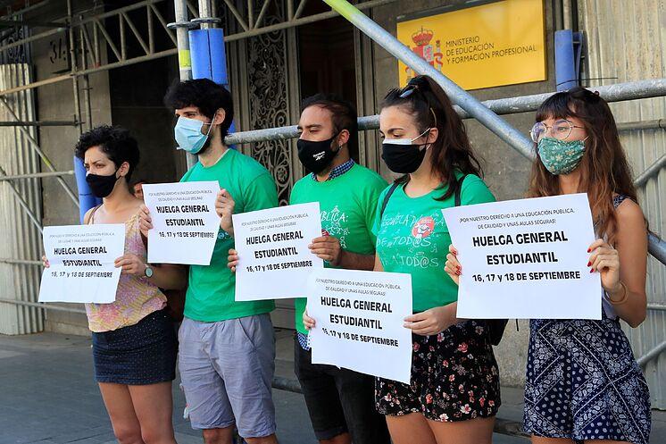 Des membres du Syndicat étudiant devant le ministère de ...