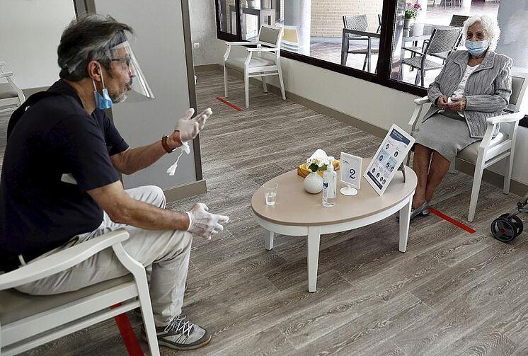 Une femme âgée reçoit la visite d'un parent dans une résidence à ...