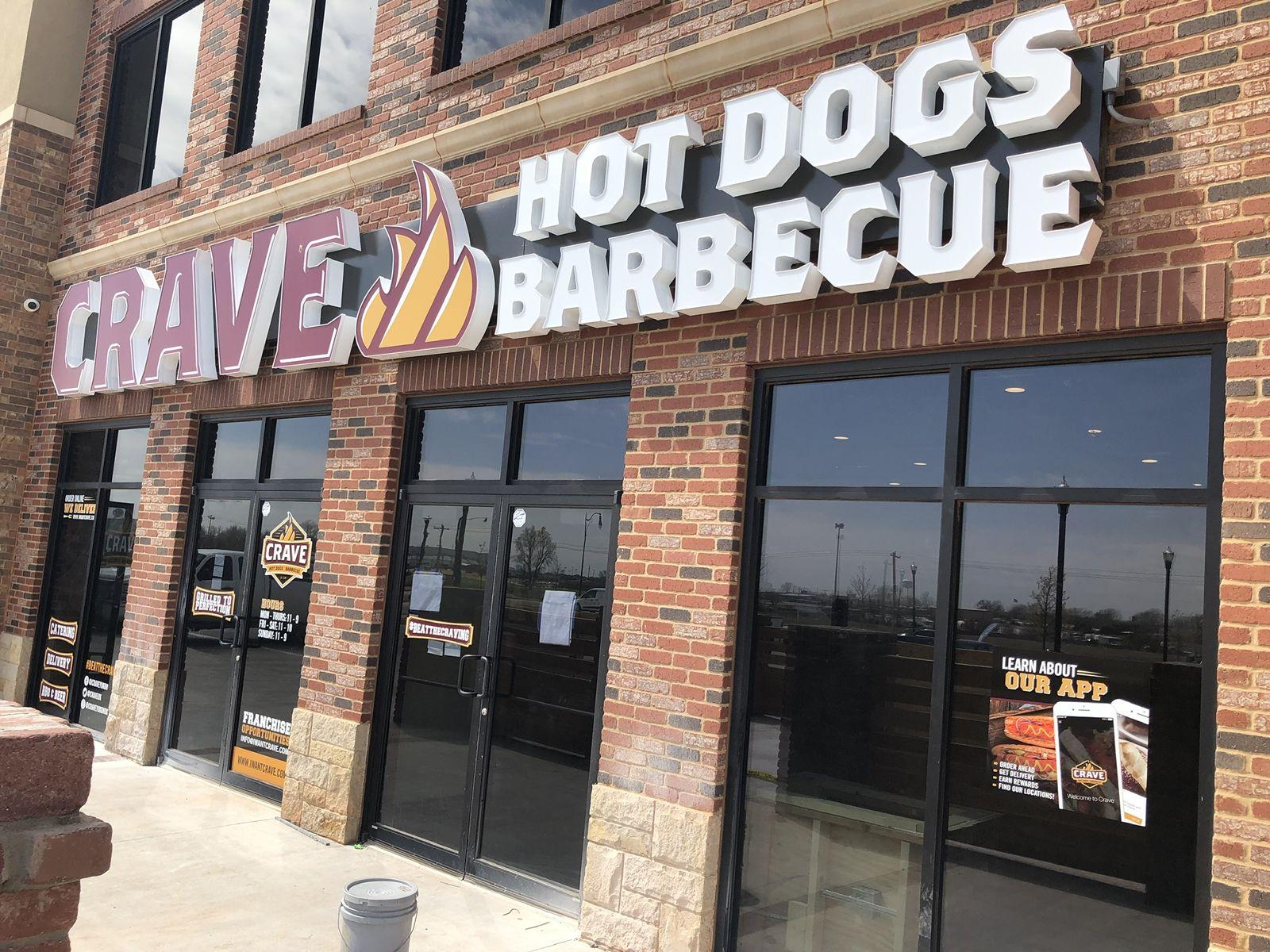 Crave Hot Dogs and BBQ célèbre l'année de la bannière
