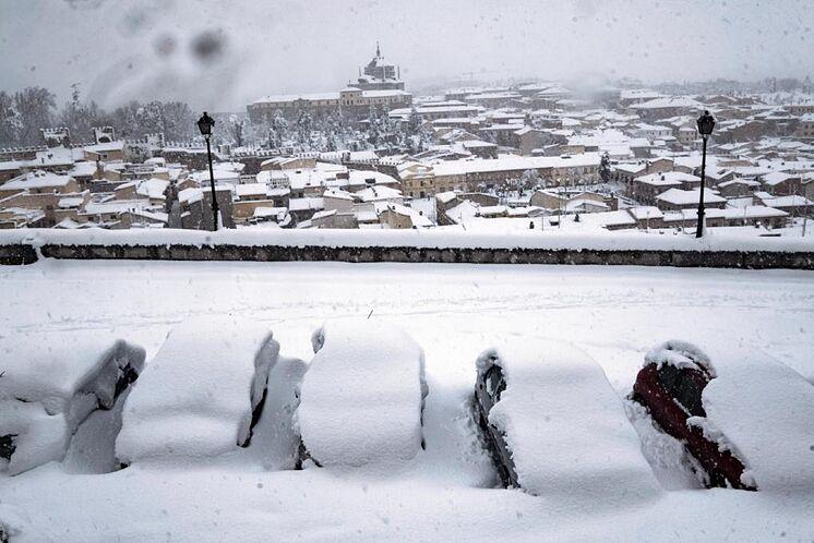 Plusieurs voitures restent enterrées sous la neige sur la rue Gerardo ...