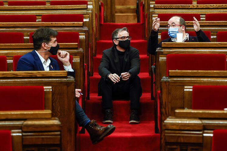 Le chef du PSC, Miquel Iceta (à droite), et deux députés de l'ERC, ce ...