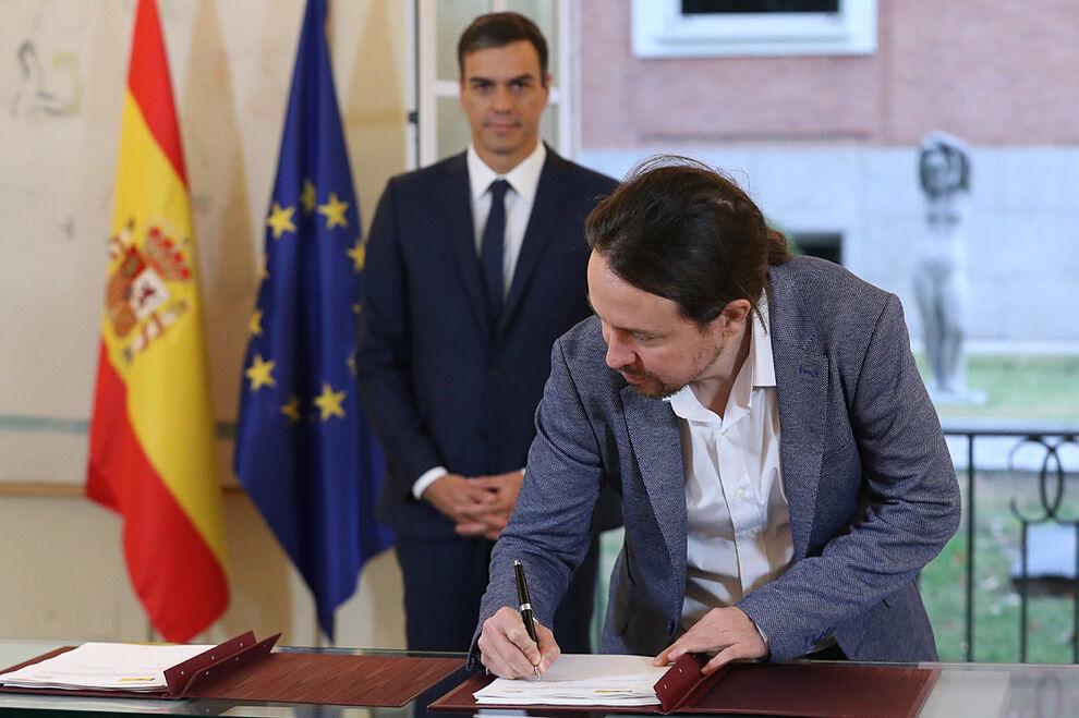 Pablo Iglesias signe son pacte budgétaire avec Pedro S