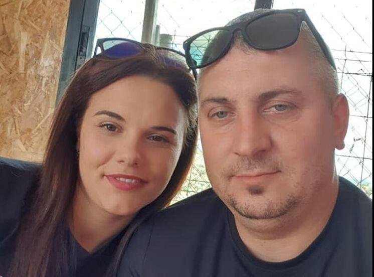 Ionela, sur la photo, avec son mari Costinel, l'homme qui ...