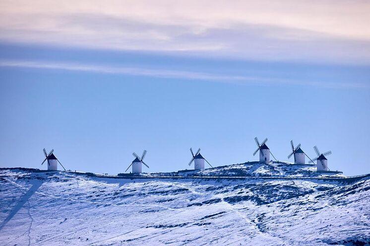 La neige recouvre les moulins à vent de Consuegra