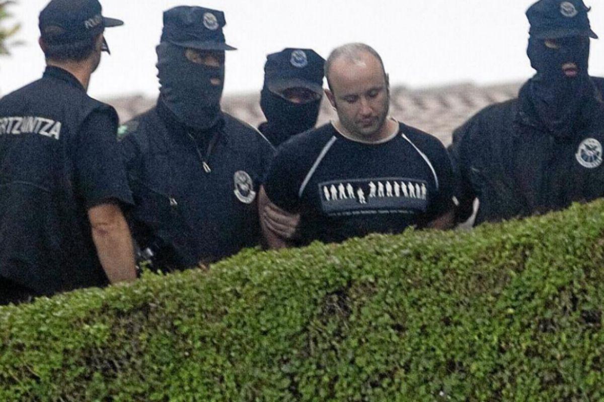 Les agents d'Ertzaintza transfèrent Gurutz Agirresarobe de l'ETA après son arrestation