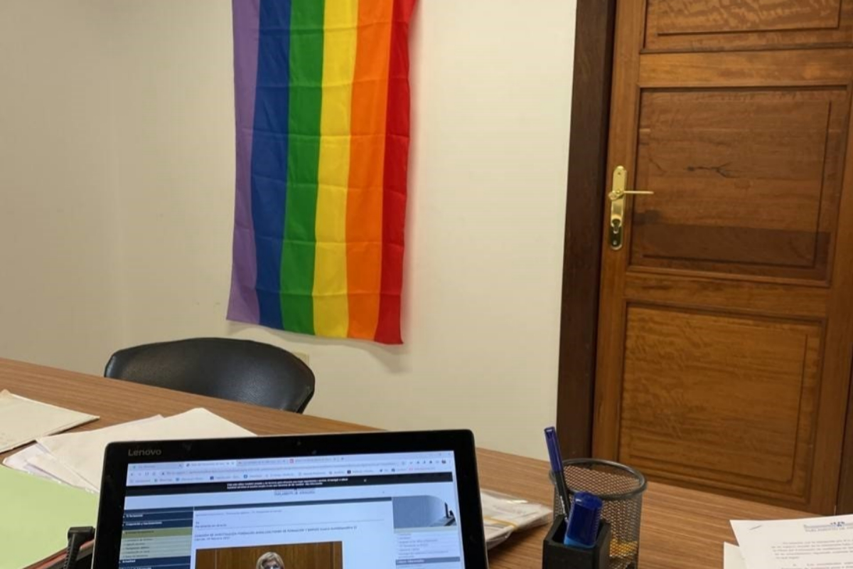 Drapeau LGTBI dans le bureau de Teresa Rodrigue