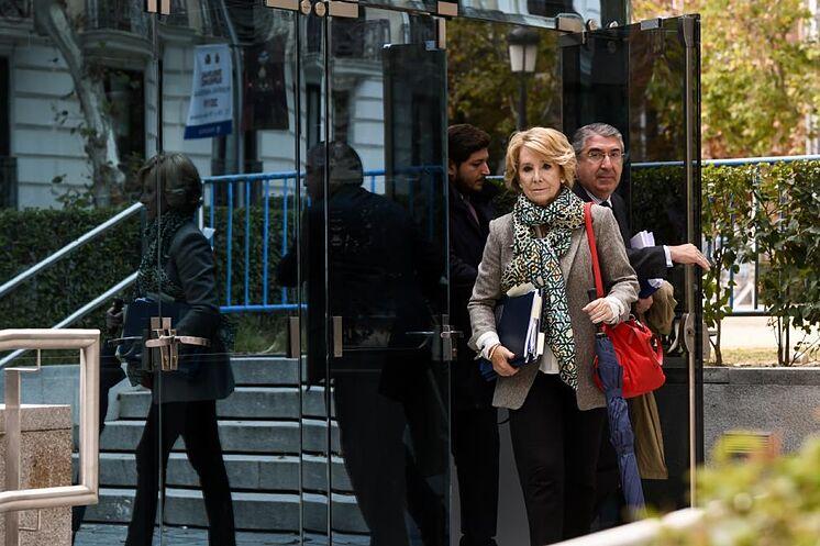 à l'ancienne présidente de la Communauté de Madrid, Esperanza Aguirre, après ...