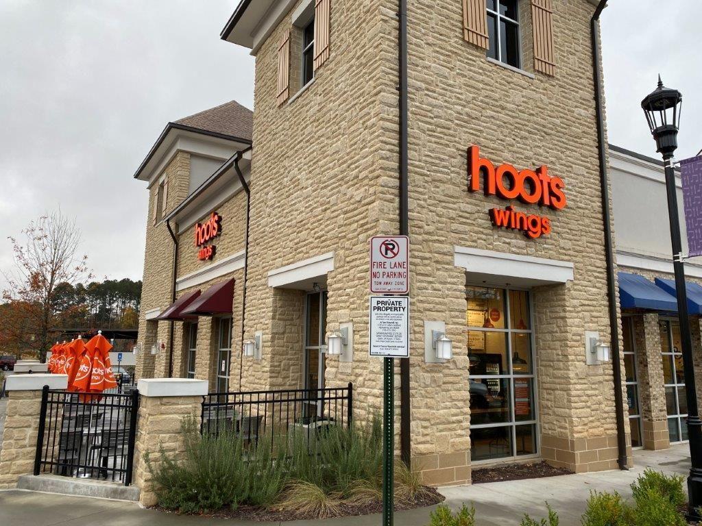 Hoots Wings se lance dans la franchise et signe un accord de développement de 60 unités avec AE Restaurant Group