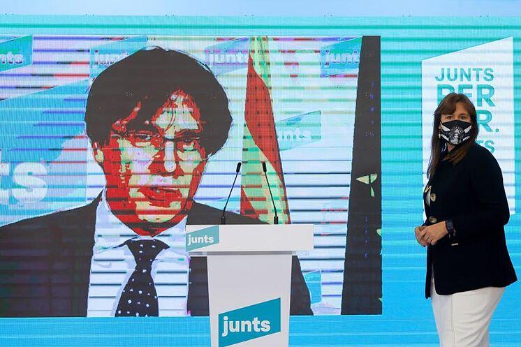 Carles Puigdemont participe par visioconférence à la conférence de presse ...