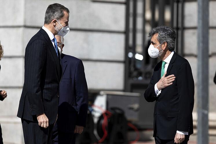 Le président de la CGPJ, Carlos Lesmes (à droite), salue le roi, ce ...