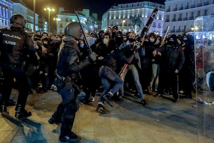 Un moment de protestation non autorisée à Madrid pour l'entrée en ...