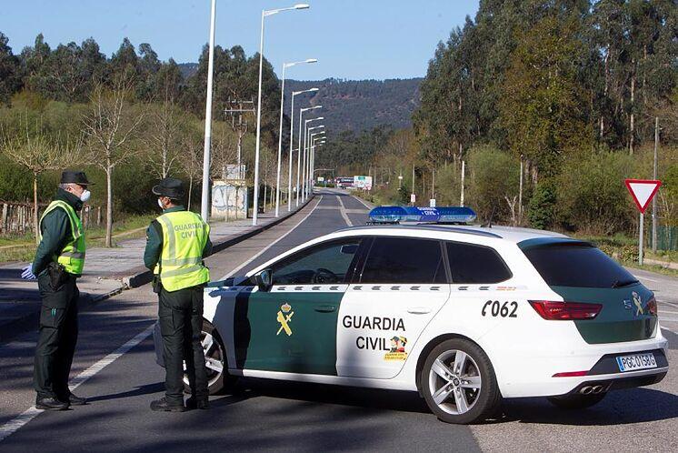 Des membres de la Garde civile, lors d'un contrôle sur une route.