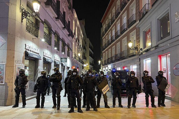 Agents anti-émeute ce s