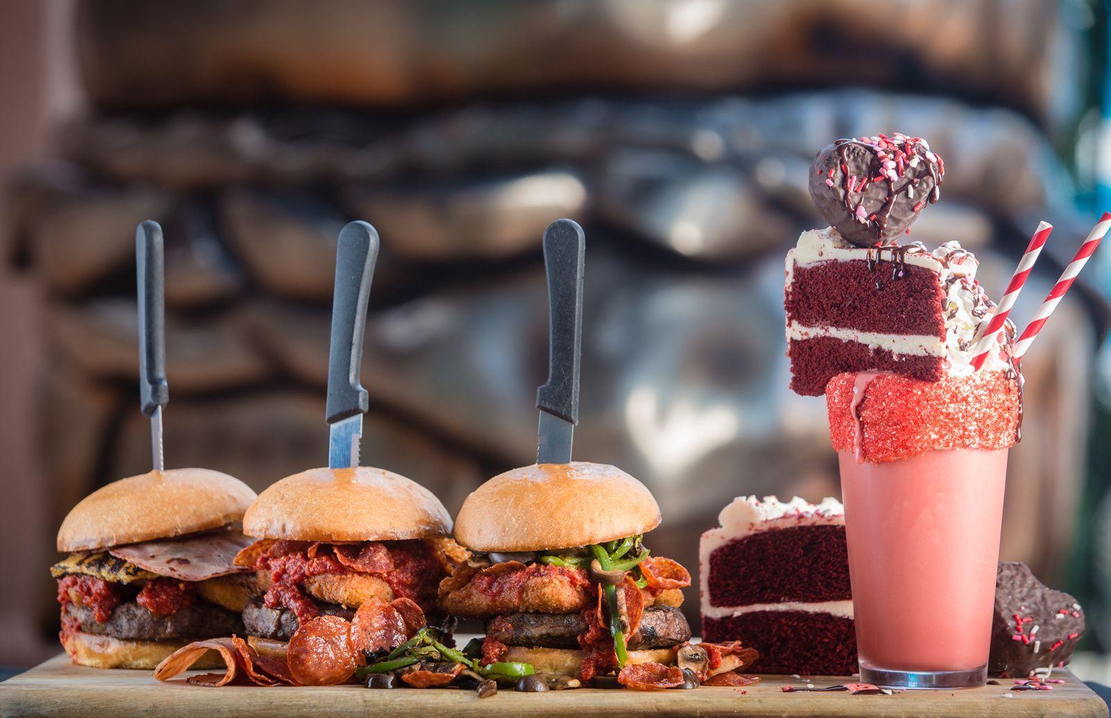 Slater's 50/50 présente les Pizza Burgers et le nouveau Red Velvet Milkshake pour une durée limitée