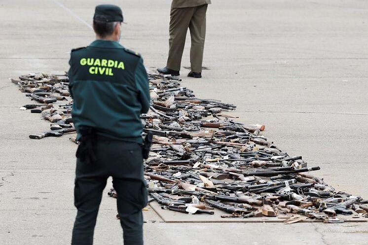 Un garde civil observe une partie des armes saisies à l'ETA avant ...