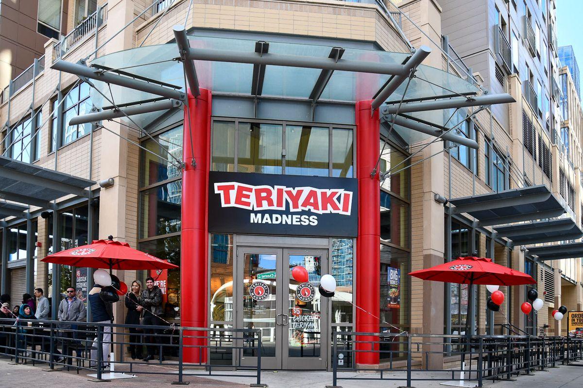 Commencez à affûter vos baguettes, Chicagoland.  Ce trio Teriyaki est sur le point de faire vibrer les Burbs de Chicago avec l'accord de folie Teriyaki à plusieurs unités