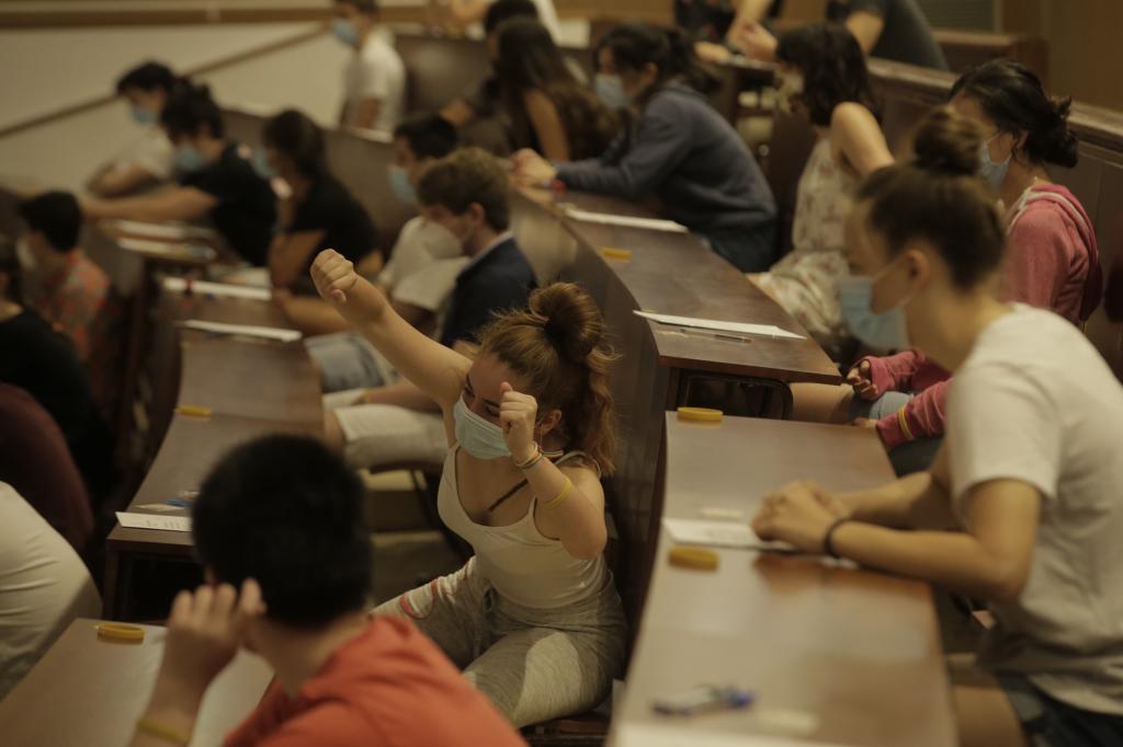 Les étudiants sont examinés dans le Selectividad 2020 dans le Complutense.