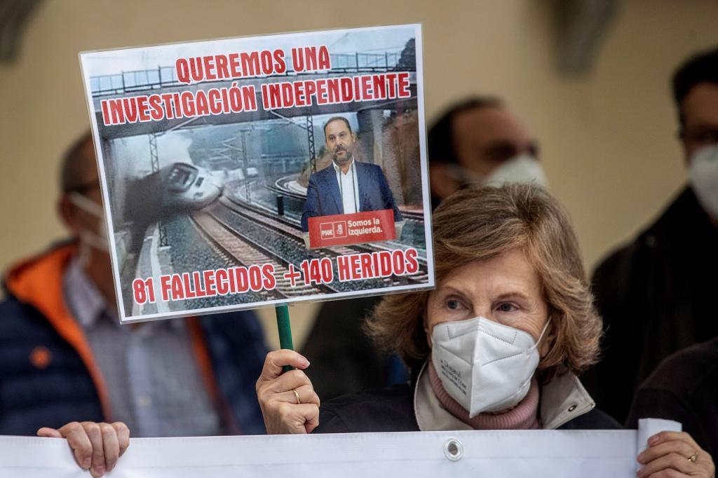 Une femme tient une bannière à la porte de la Cour suprême de Madrid dans une manifestation de l'Asociaci