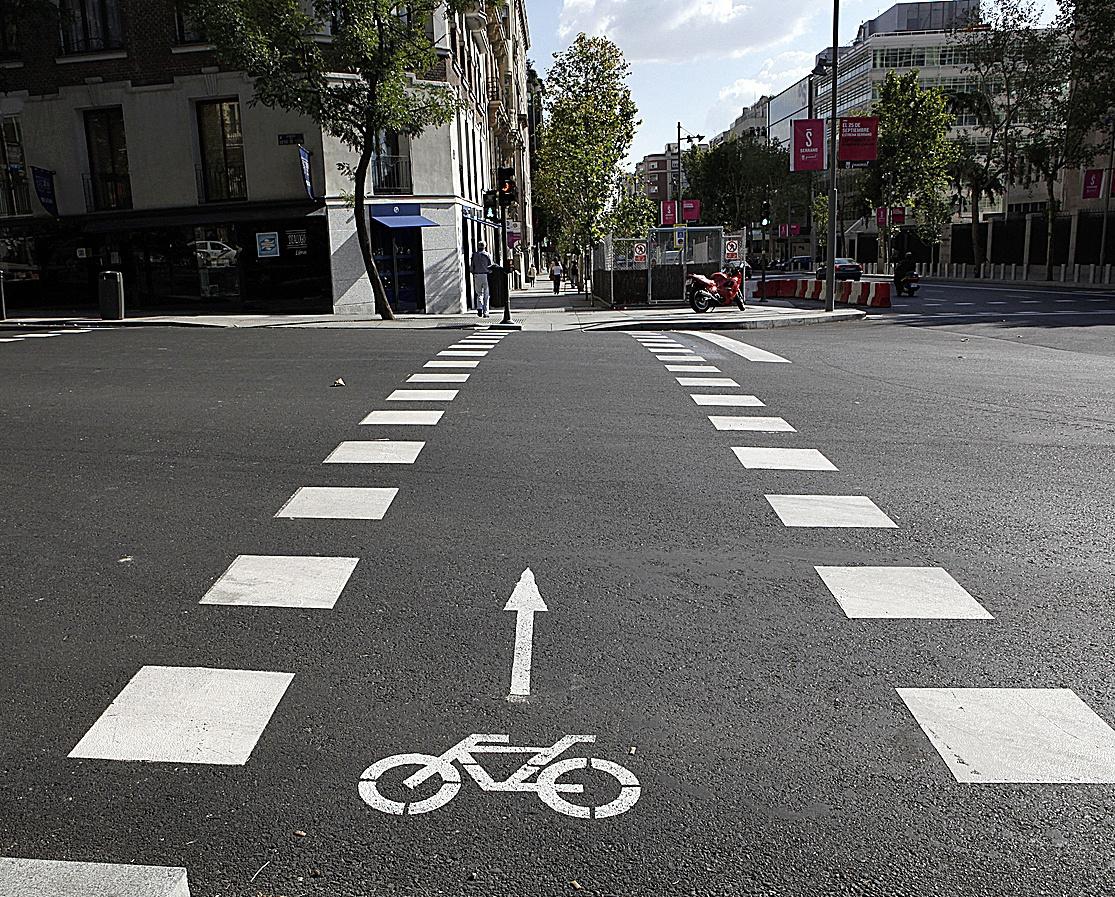 Image d'une piste cyclable traversant la route sur la rue Serrano.