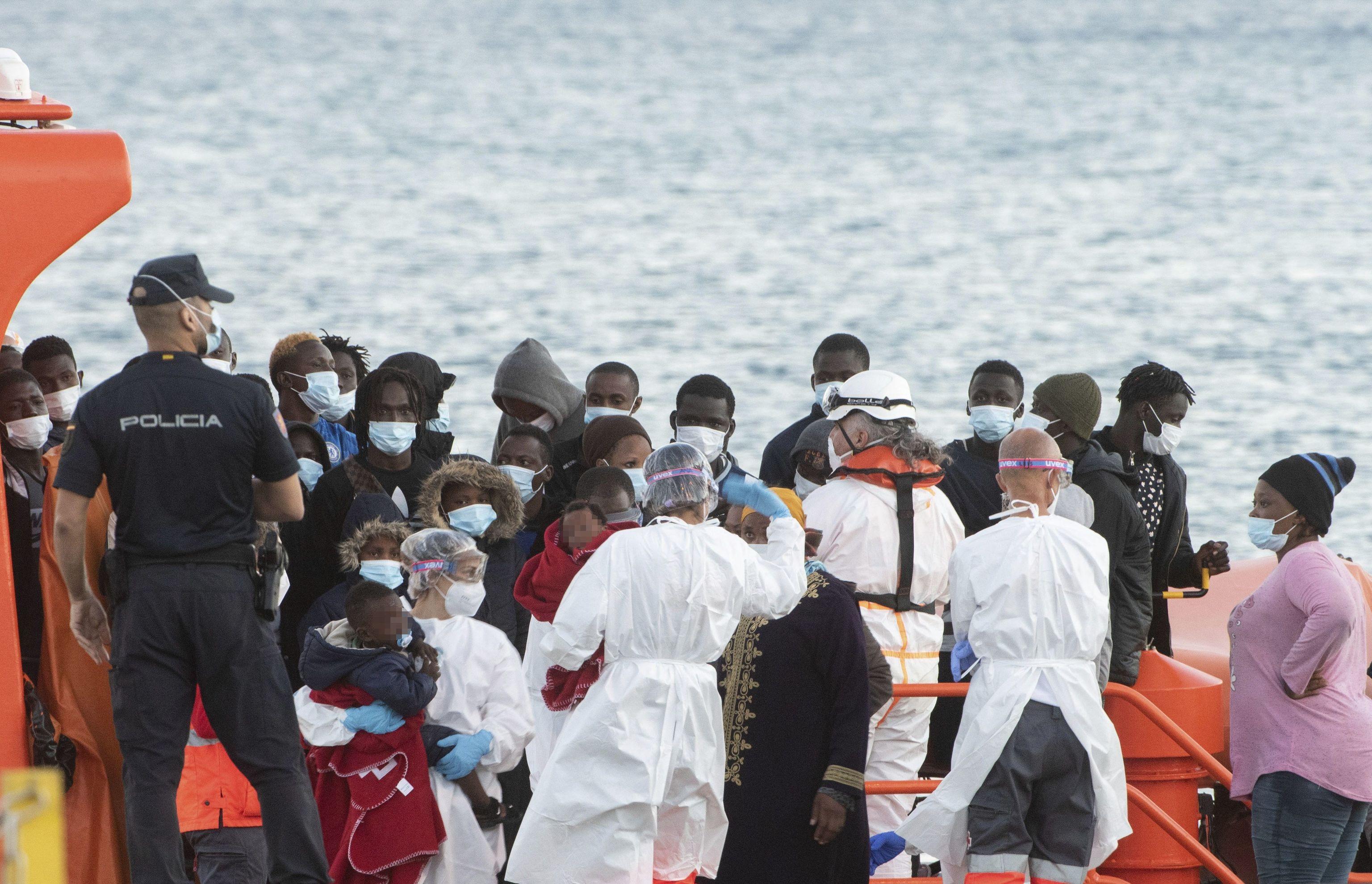 Plusieurs immigrants sont transférés vers le port de Fuerteventura, ce mi