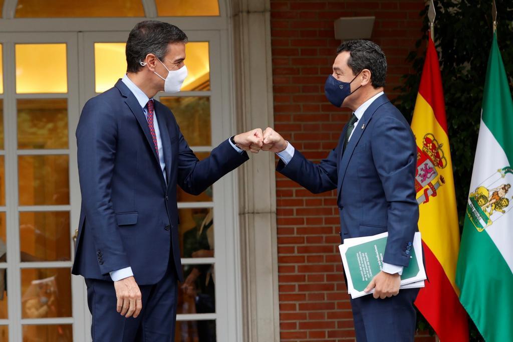 Le président du conseil, Juanma Moreno, salue le président du gouvernement, Pedro S