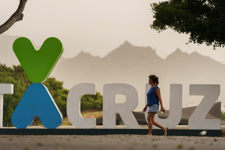 Une femme marche à Santa Cruz de Tenerife.