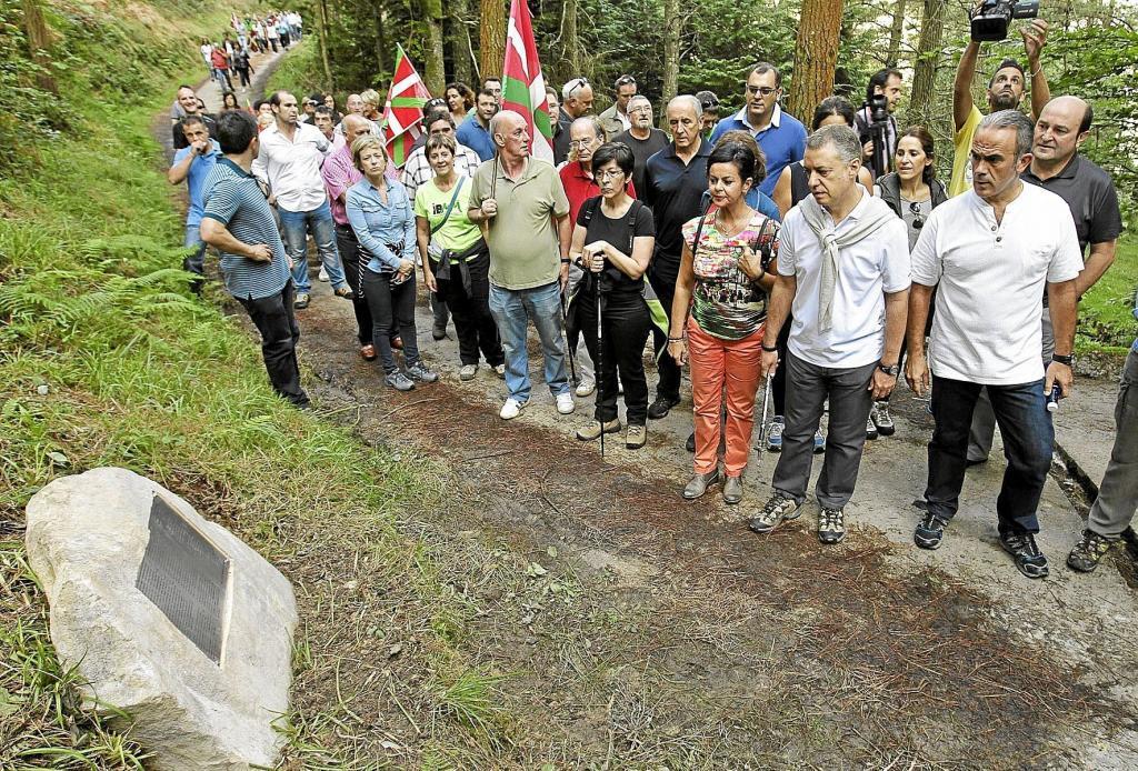 Urkullu avec sa femme et d'autres responsables nationalistes comme Andoni Ortuzar visiter une plaque à la mémoire des soldats basques ca
