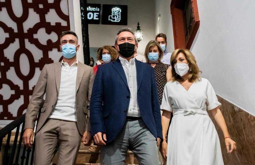 Le déjà secrétaire général du PSOE-A, Juan Espadas, entouré de son équipe, avec Felipe Sicilia à sa gauche.