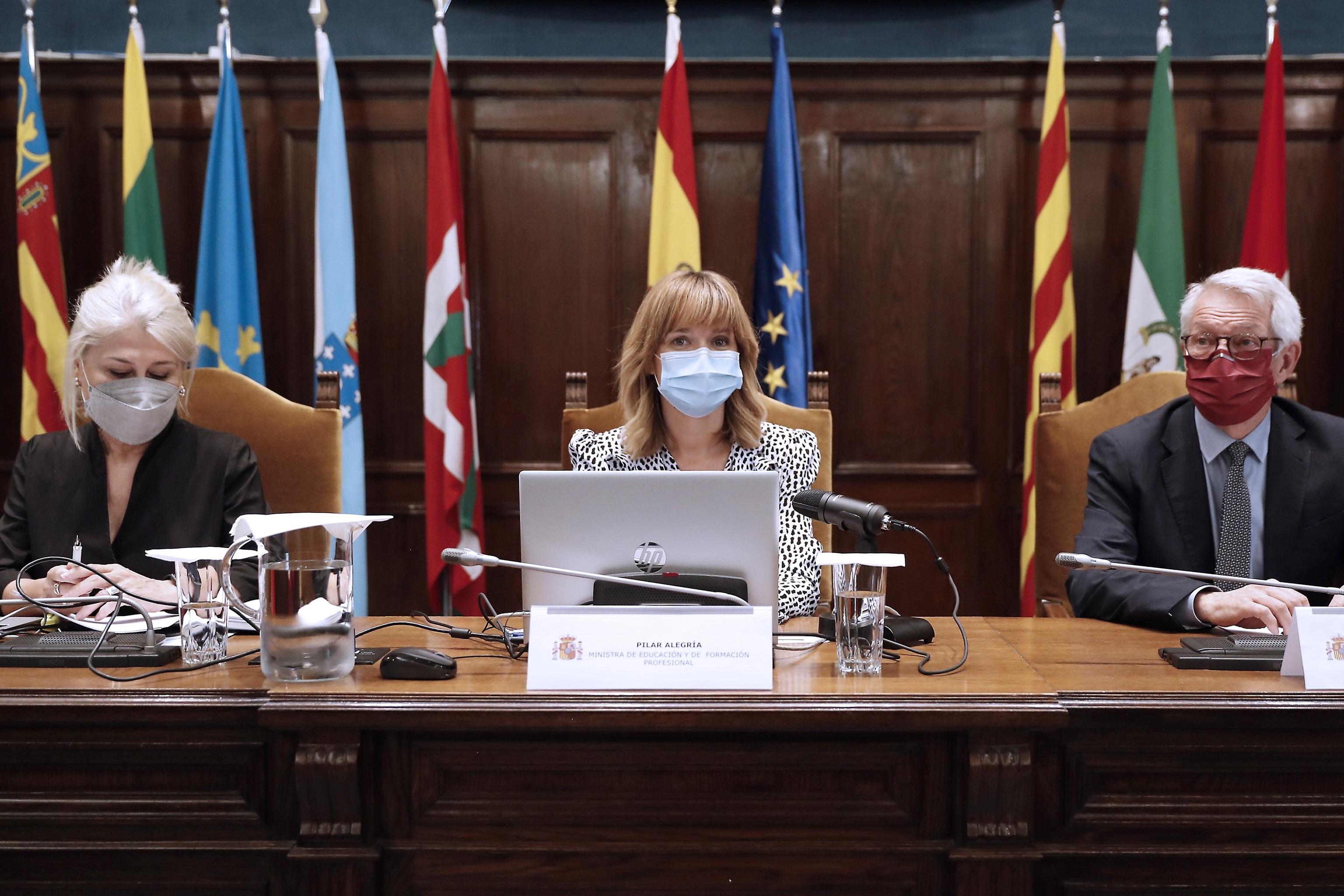 Ministre Pilar Alegría, entre le président du Conseil, Encarna Cuenca, et le secrétaire d'État, Alejandro Tiana.