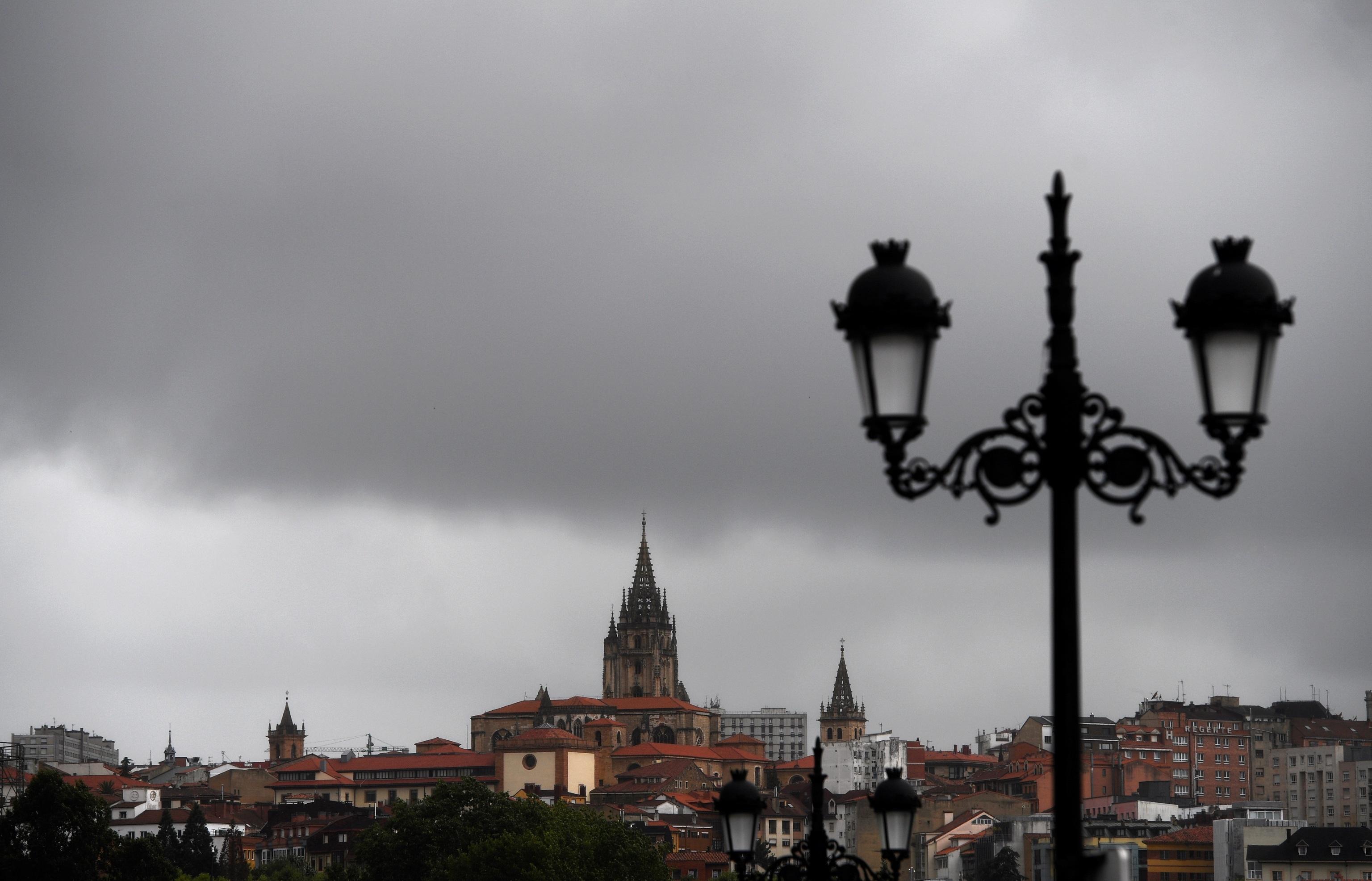Des nuages noirs recouvrent le ciel d'Oviedo ce vendredi.  L'Agence météorologique de l'État