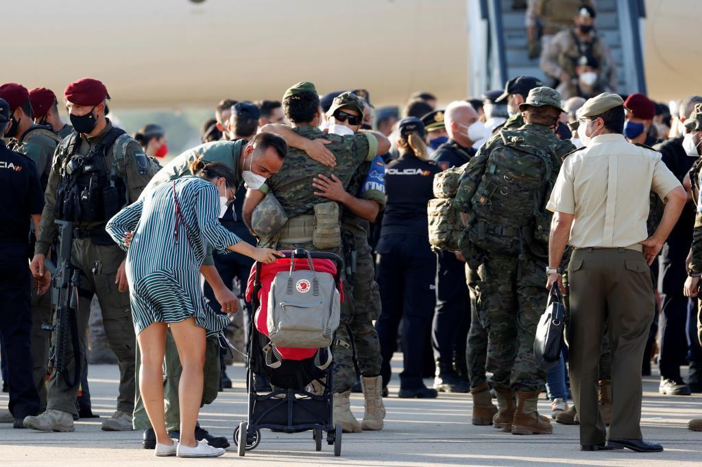 Retrouvailles entre les militaires et leurs familles.