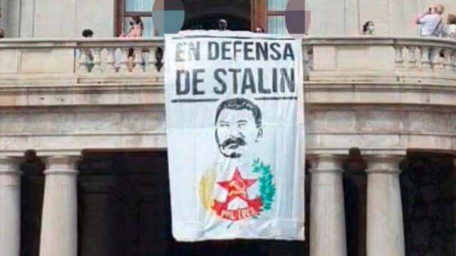 La banderole pro-Staline accrochée au balcon