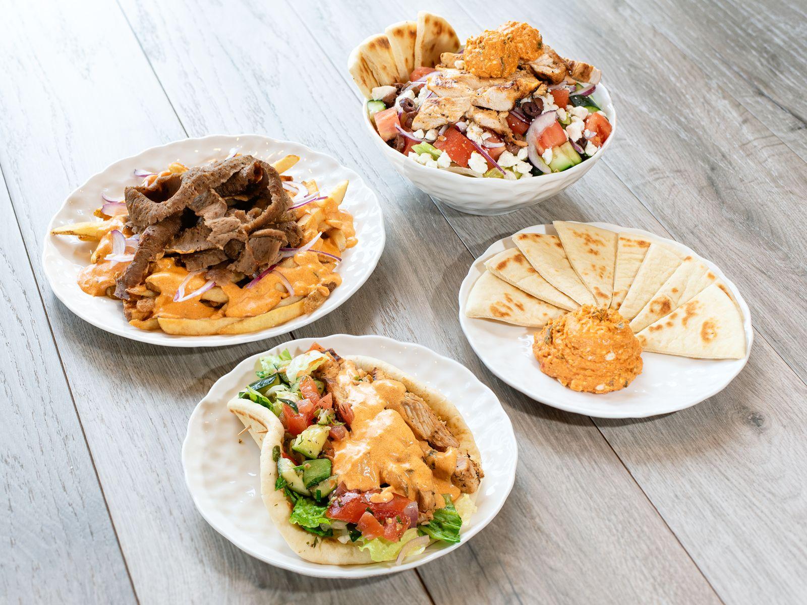 Daphne's propose des plats traditionnels tels que des gyroscopes sculptés à la main et des fruits de mer grillés, ainsi que des plats plus modernes tels que des frites Fire Feta et des assiettes Mix & Match à base d'ingrédients de qualité supérieure, sains et authentiques.