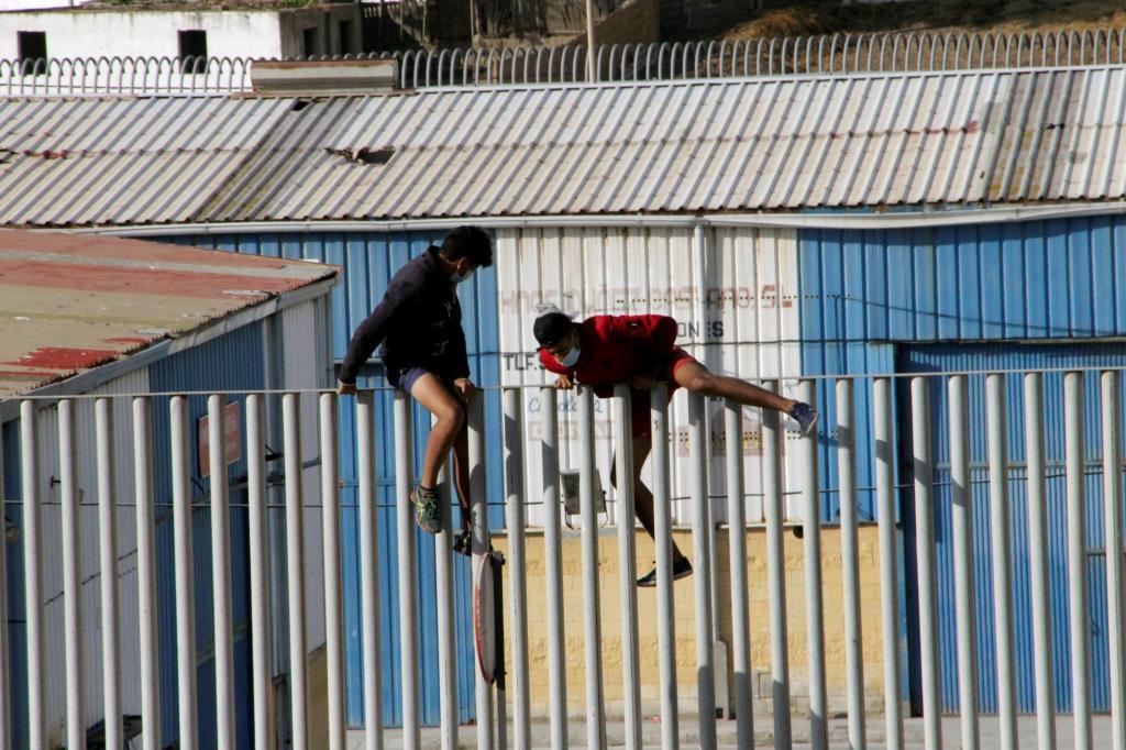 Deux mineurs tentent de s'échapper des navires Tarajal pour éviter d'être renvoyés au Maroc