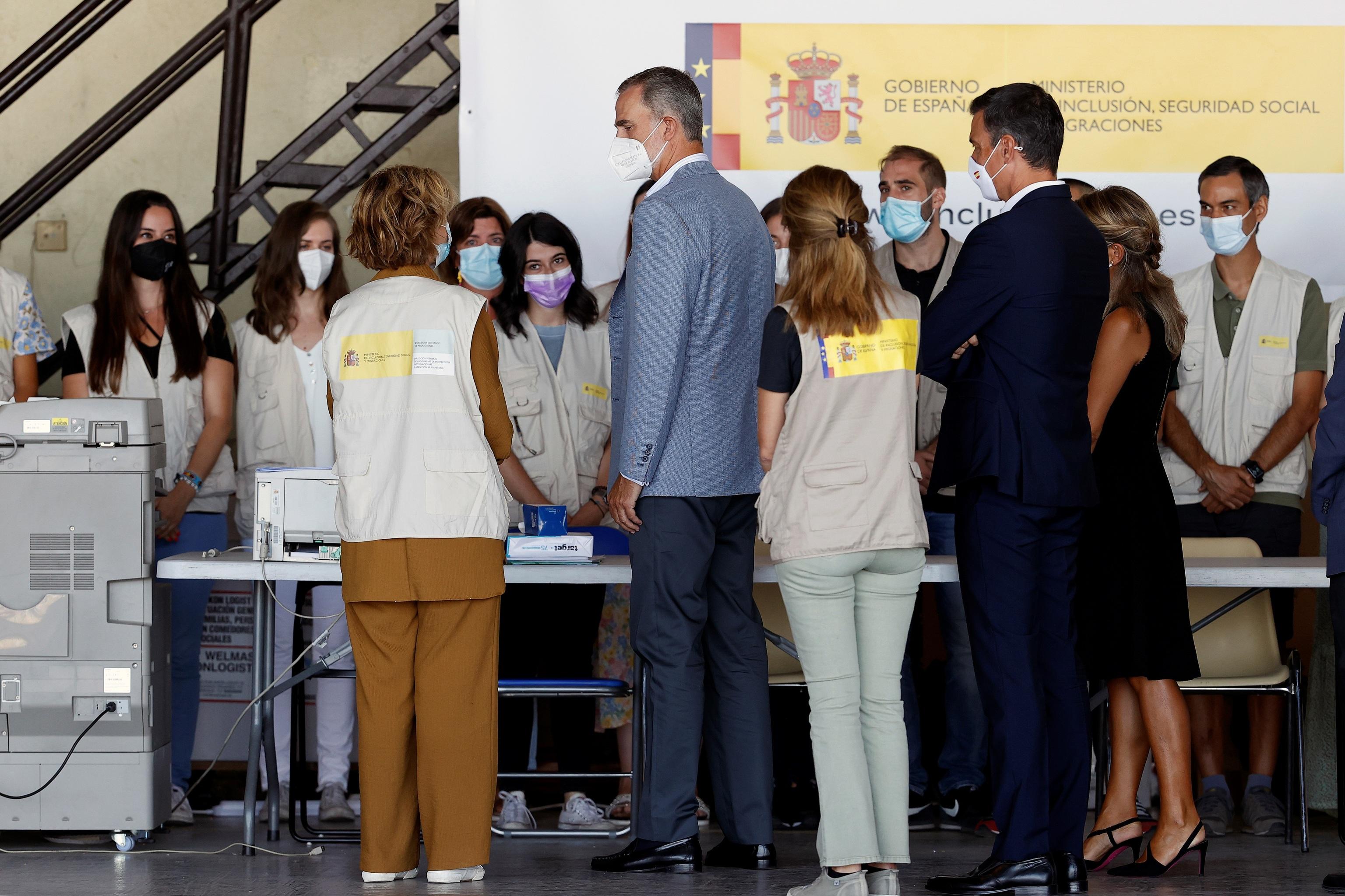 Le roi s'entretient avec plusieurs travailleurs du centre d'accueil de Torrej