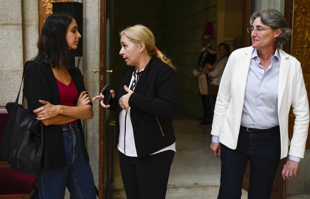 I. Sanz s'entretient avec Rita Maestre en présence de Marta Higueras.