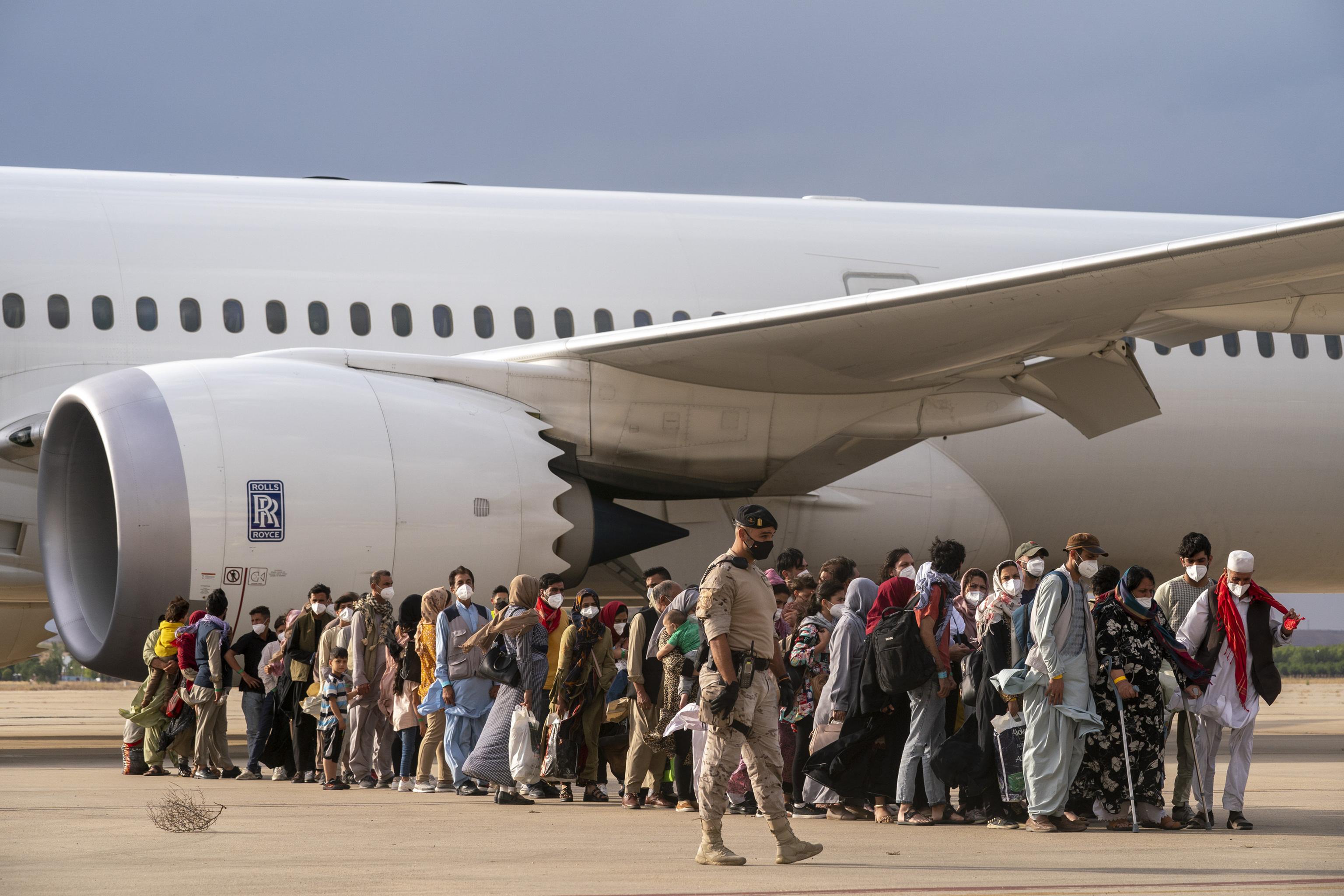 Des réfugiés afghans arrivent à Madrid.