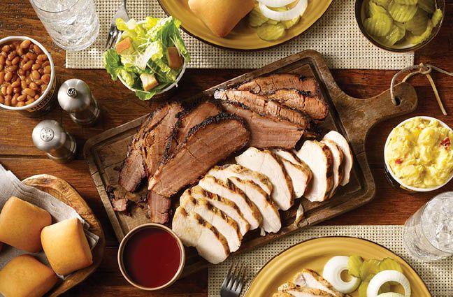 Dickey's Barbecue Pit est le plus grand concept de barbecue au monde.  Elle a été fondée en 1941 par Travis Dickey.  Au cours des 80 dernières années, Dickey's Barbecue Pit a servi des millions d'invités légitimes.  Texas.  Barbecue.