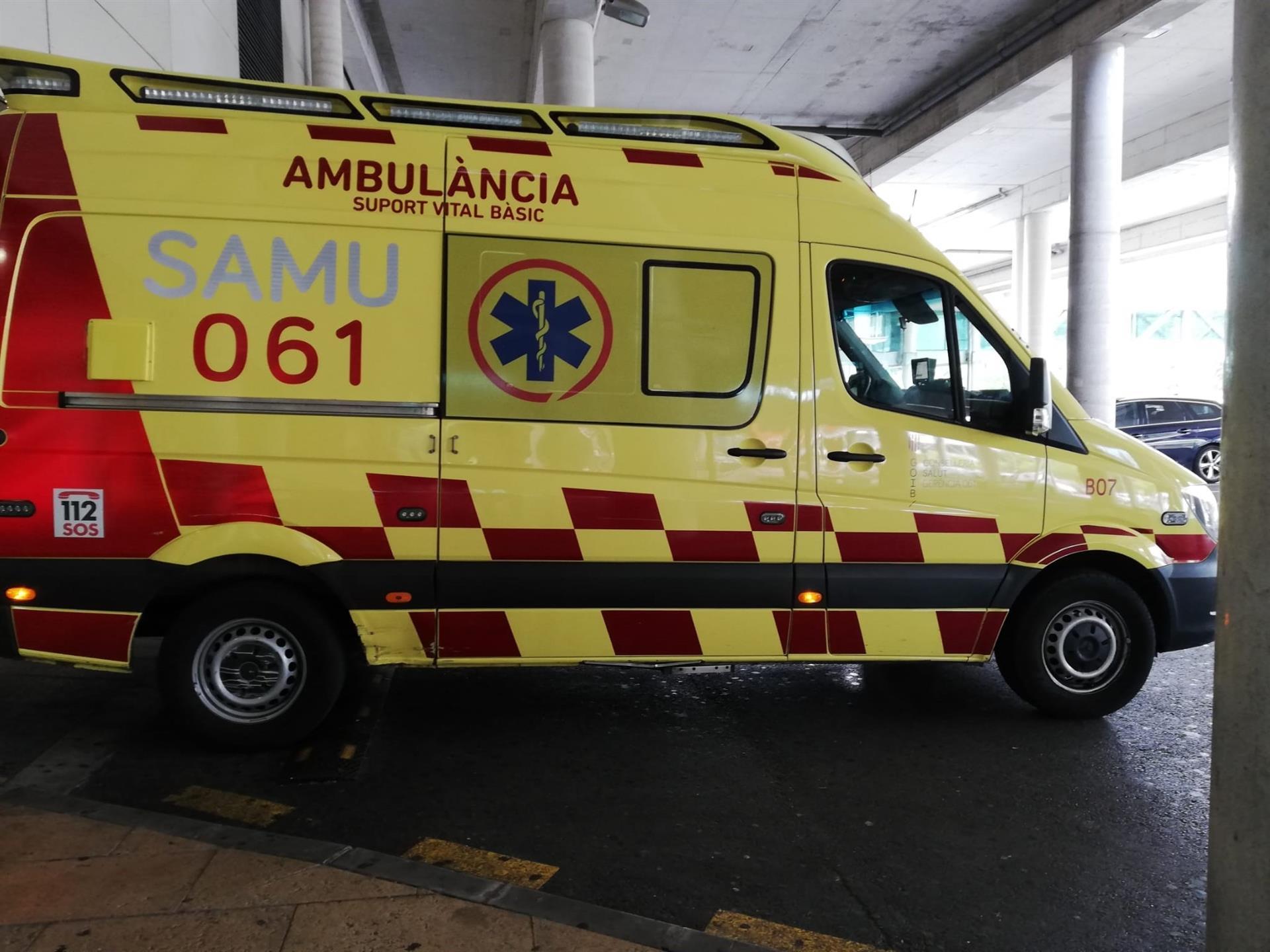 Une ambulance à l'hôpital Son Espases, à laquelle l'un des v