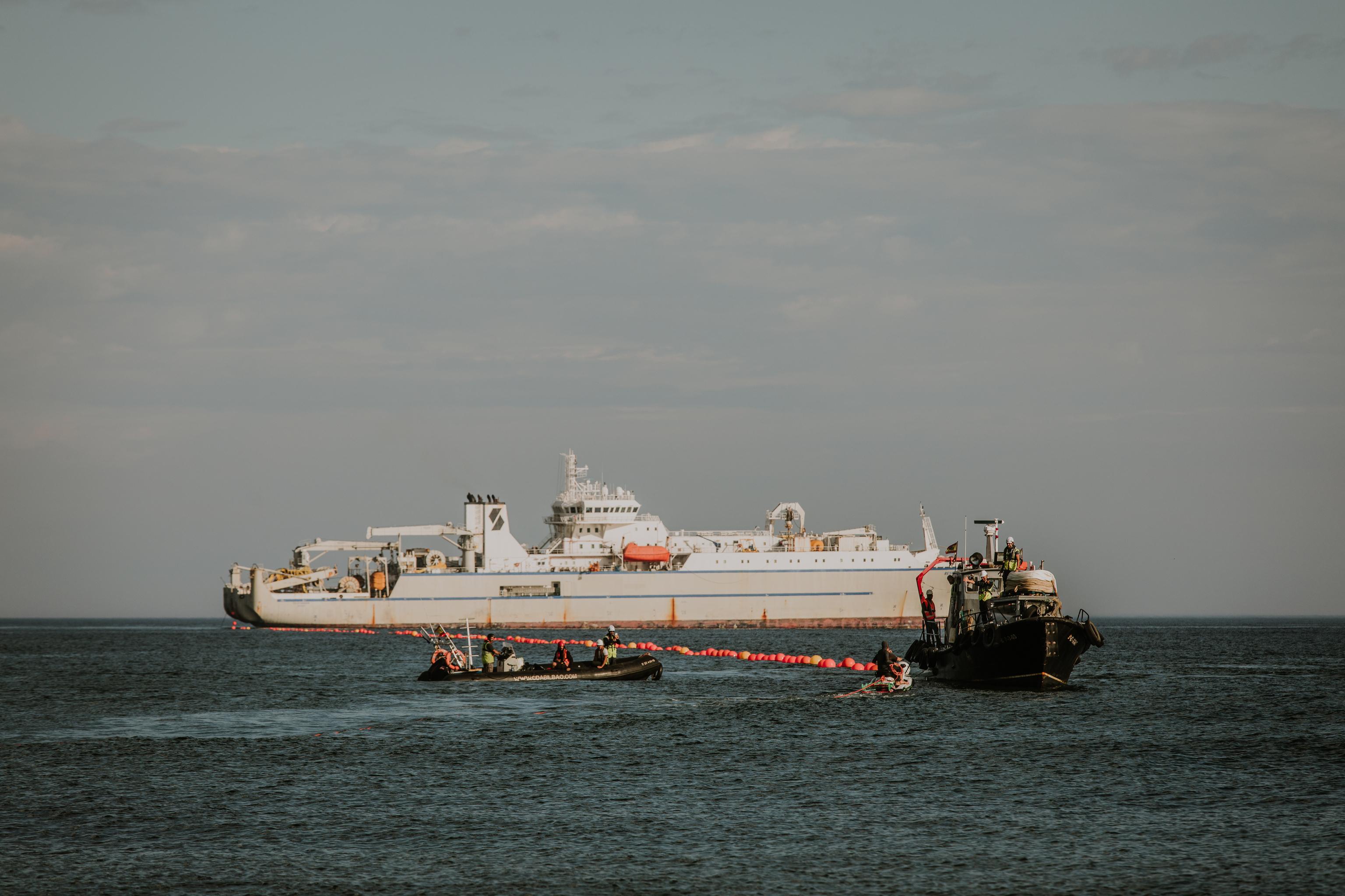 Deux navires rapprochent le nouveau câble sous-marin de Google de la côte de Biscaye
