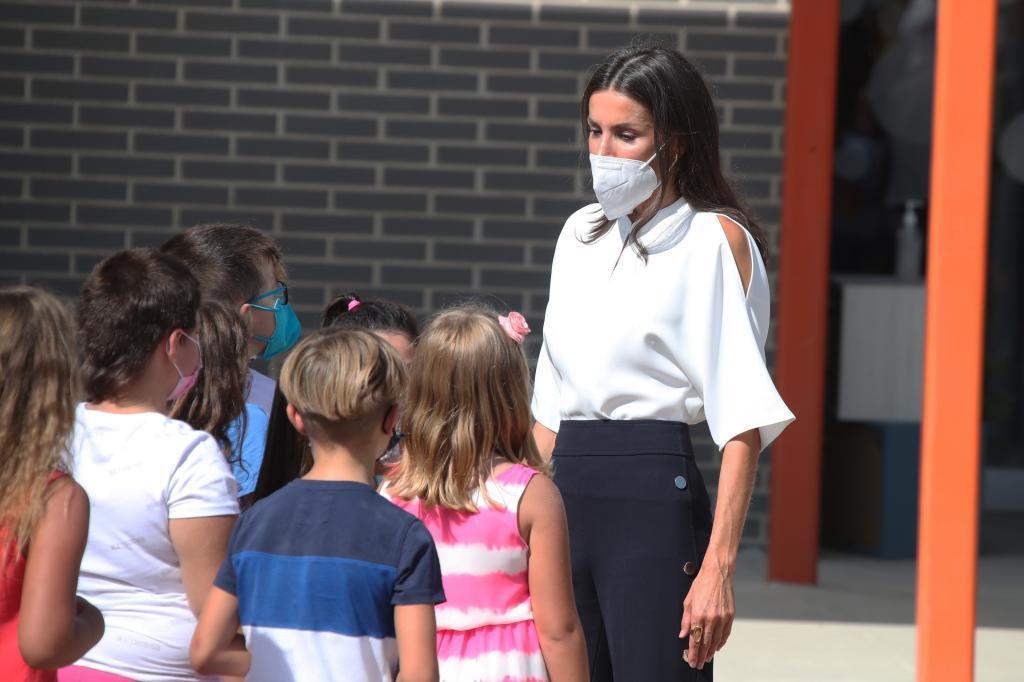 La reine Letizia s'entretient avec les élèves de l'école p
