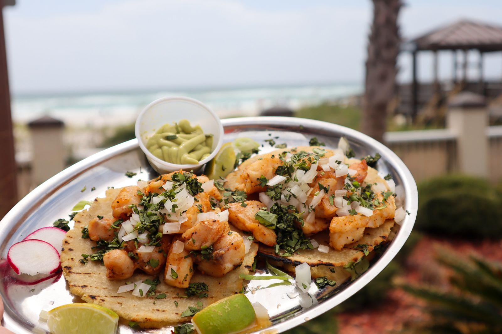 Le restaurant Sal de Mar de Pensacola Beach bouleverse la scène typique du bar de l'hôtel avec des cocktails fantaisistes et des plats espagnols authentiques