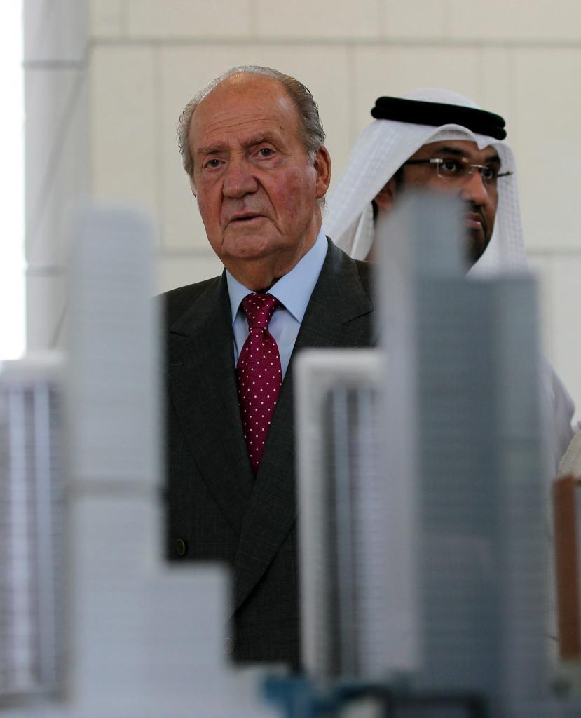 Le roi Juan Carlos regarde un modèle de la nouvelle ville financière d'Abou Dhabi, dans une image de 2014.