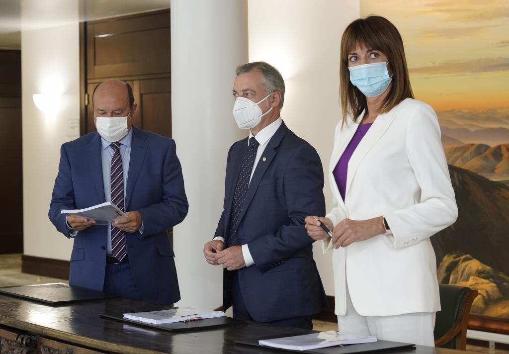 Idoia Mendia, ainsi que Lehendakari Urkullu et Andoni Ortuzar après avoir signé le pacte de gouvernement en 2016.