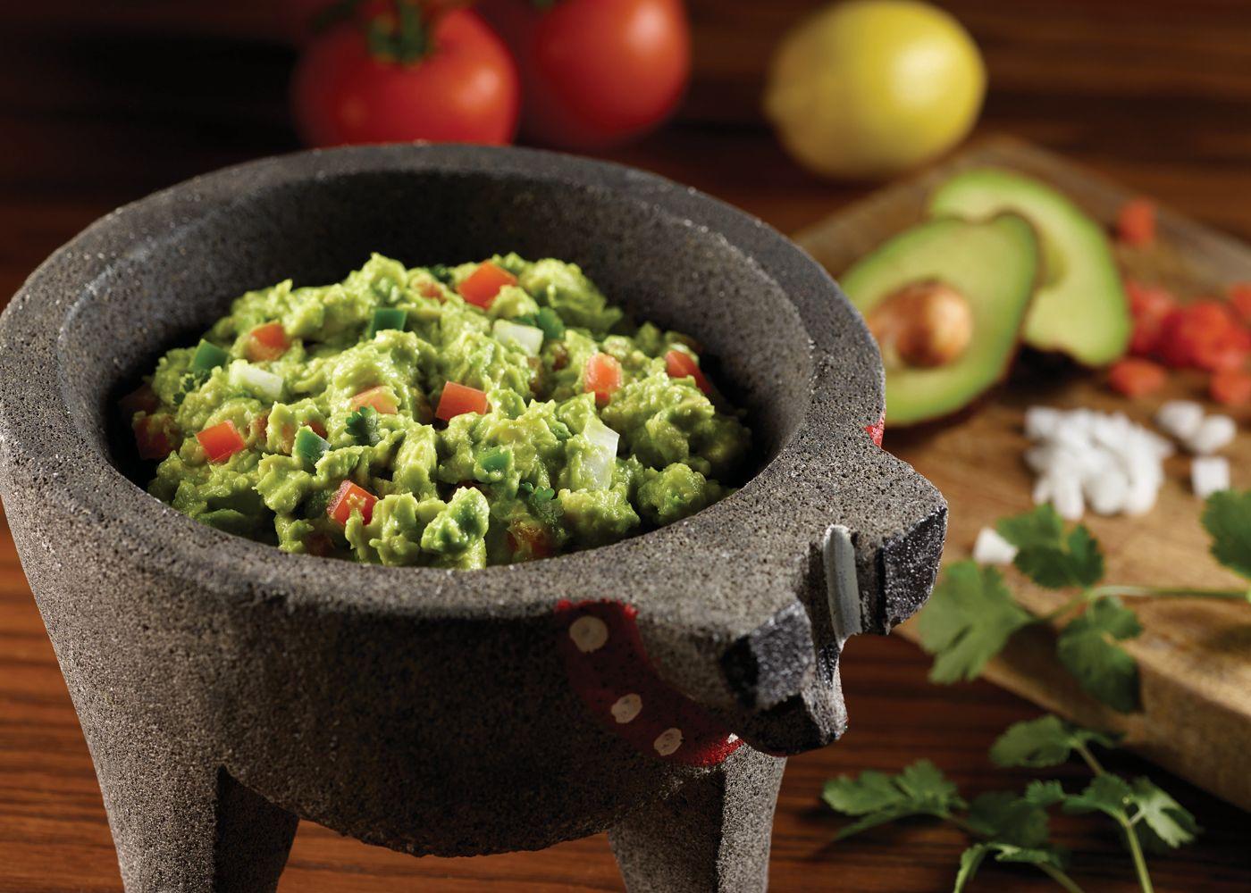 Pendant le Mois du patrimoine hispanique, célébrez la Journée nationale du guacamole chez l'oncle Julio