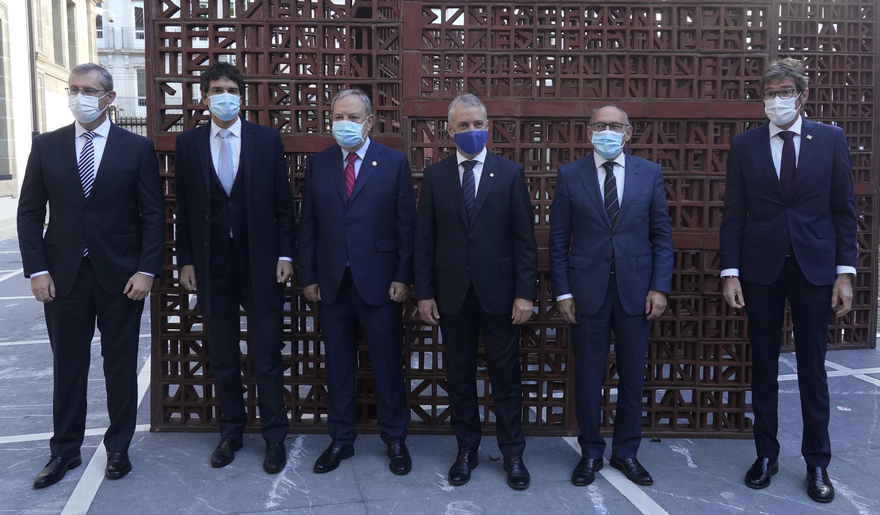 Le lehendakari pose avec les trois députés généraux et le maire de Vitoria après l'approbation