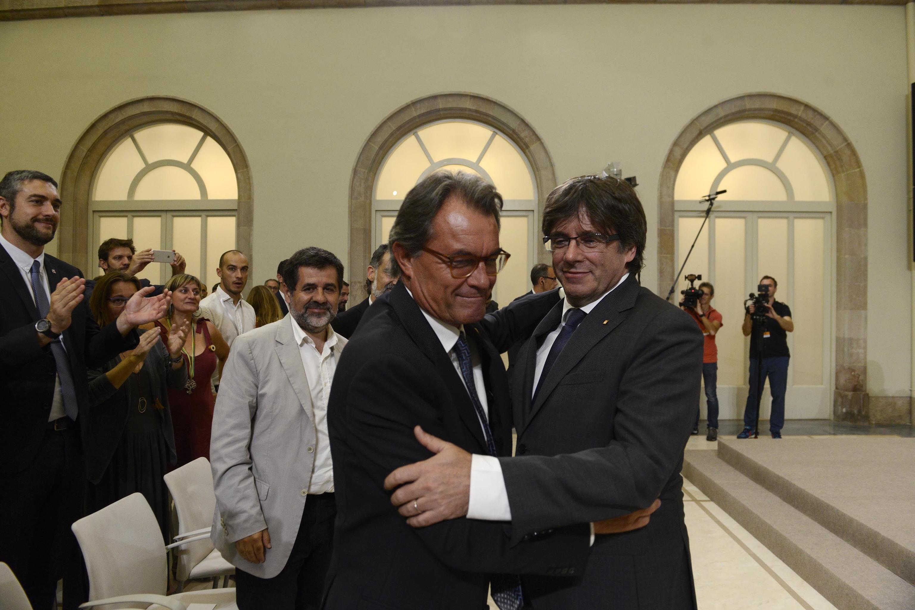 Artur Mas et Carles Puigdemont, après avoir signé le décret appelant à la saisine