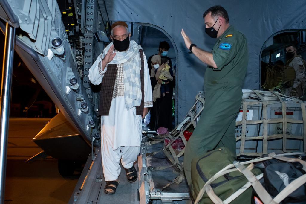 L'un des Afghans évacué lors du premier vol vers Torrej